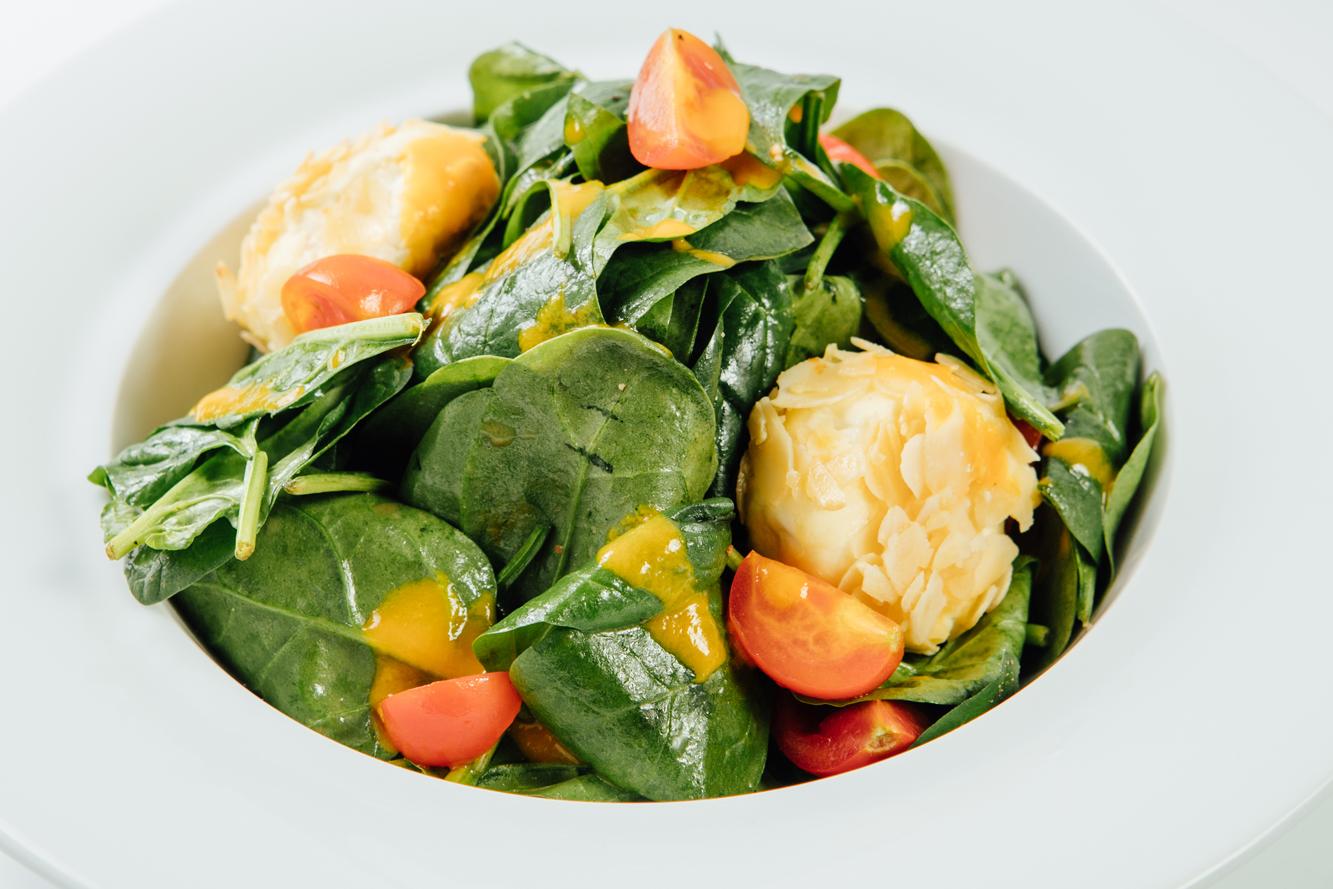 Salata cu Branza Chevre coapta in crusta de Migdale, Spanac, si Piure de Mango (2)